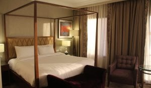 hilton alexandria kings ranch suite bedroom (1)