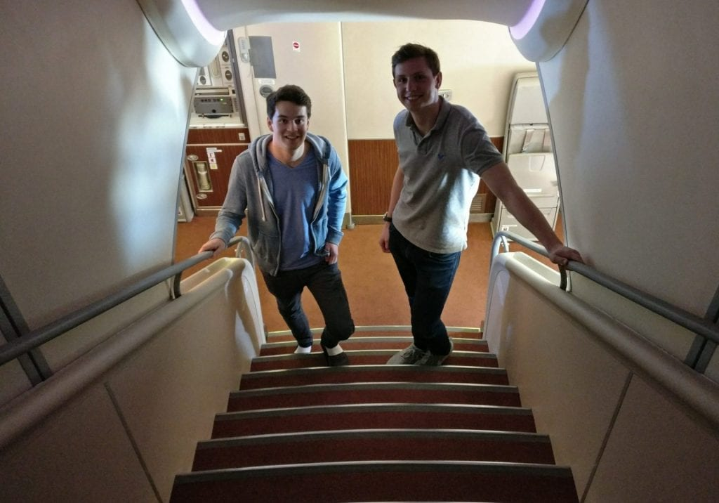 singapore airlines airbus a380 first suites class champagner treppe