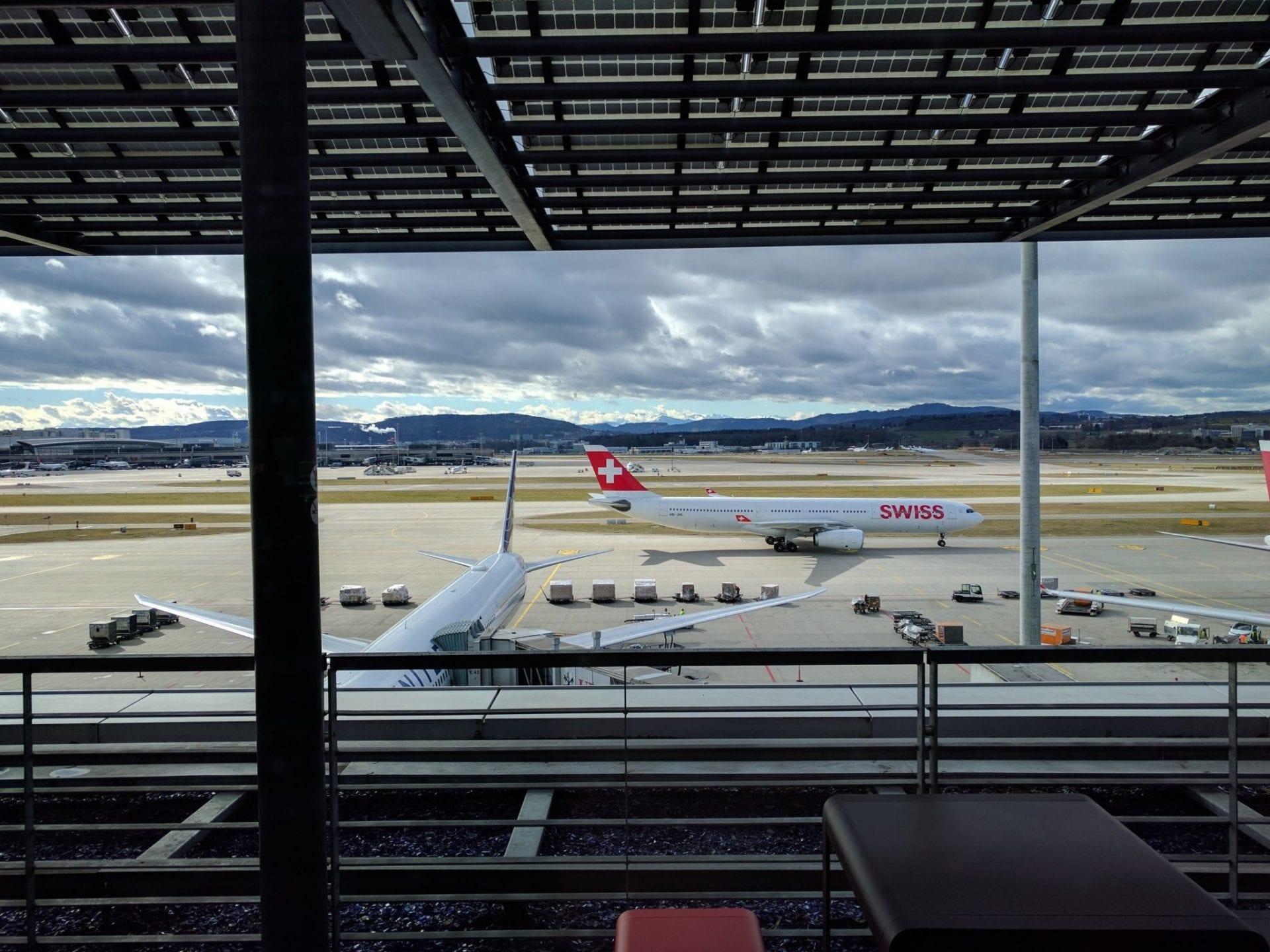 Swiss Senator Lounge Terrasse Blick Boeing 777