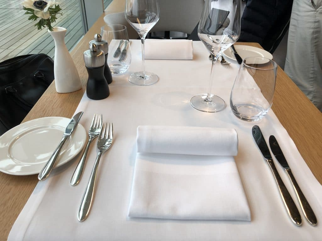 Swiss First Class Lounge E Tisch Gedeckt