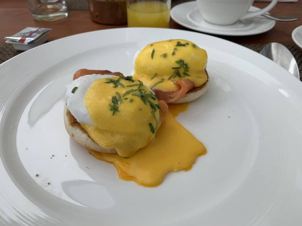 Conrad Dubai Frühstück Egg Benedict