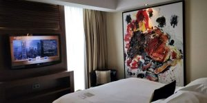 Jumeirah Frankfurt Zimmer Bett Fernseher 800x400
