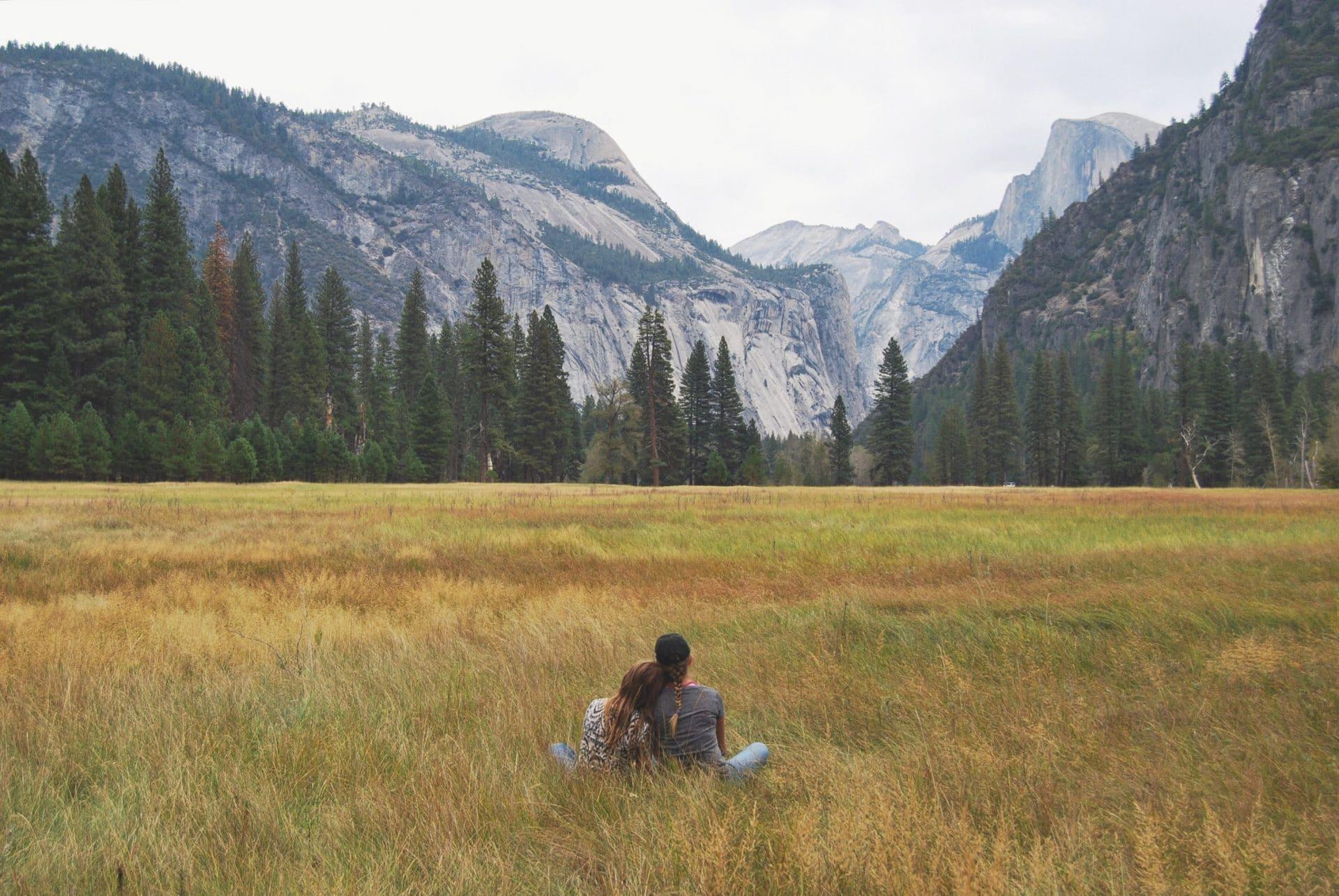 Paar Wiese Berge Wald