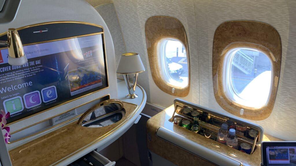 Emirates First Class Boeing 777 Sitz Fenseher 1 1024x576