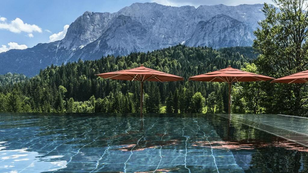 Schloss Elmau Pool Aussicht 1024x576