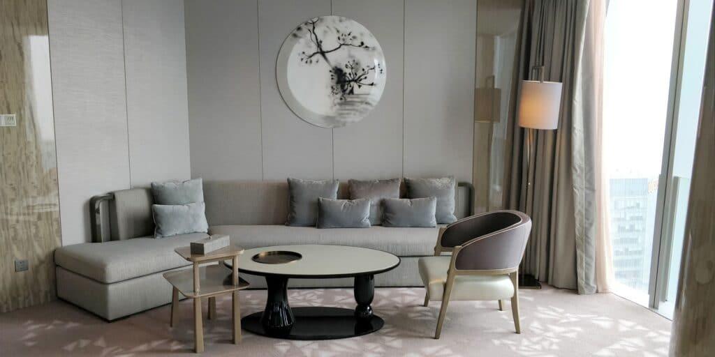 Conrad Hangzhou Suite Wohnzimmer 2 1024x512