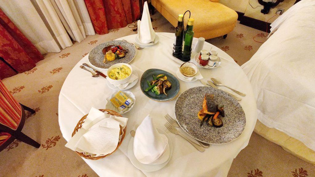 Castillo Hotel Son Vida Mallorca Room Service Abendessen 1024x576