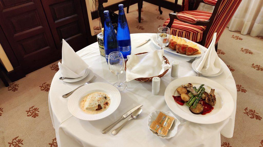 Castillo Hotel Son Vida Mallorca Room Service Abendessen 4 1024x575