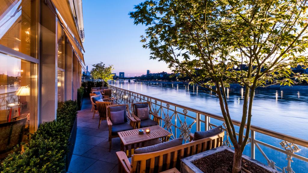Hotelbar Les Trois Rois Basel Bar Aussen Schweiz