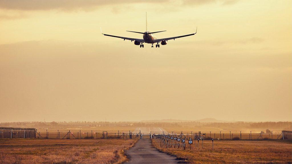 Flugzeug Landung Sonnenuntergang Flughafen Landebahn 1024x576