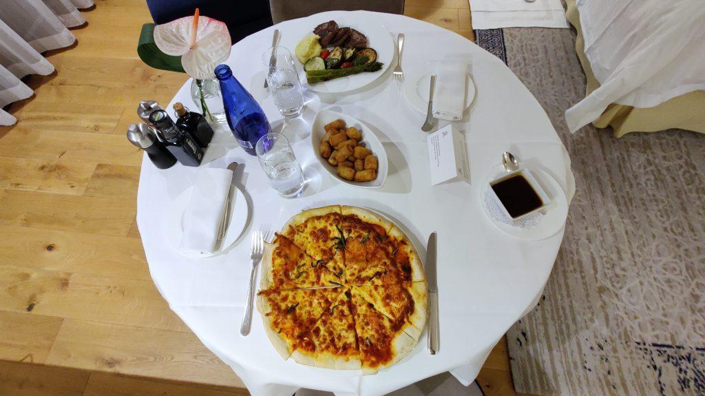 The St. Regis Mardavall Resort Mallorca Room Service Abendessen 1024x575