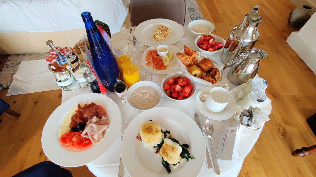 The St. Regis Mardavall Resort Mallorca Room Service Frühstück 2 1024x575