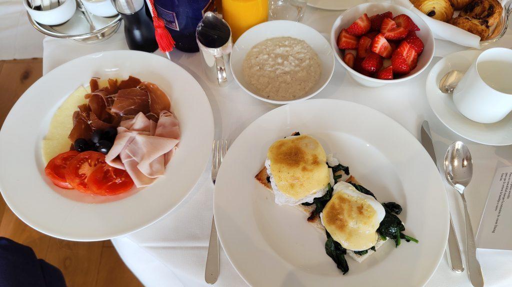 The St. Regis Mardavall Resort Mallorca Room Service Frühstück 3 1024x575