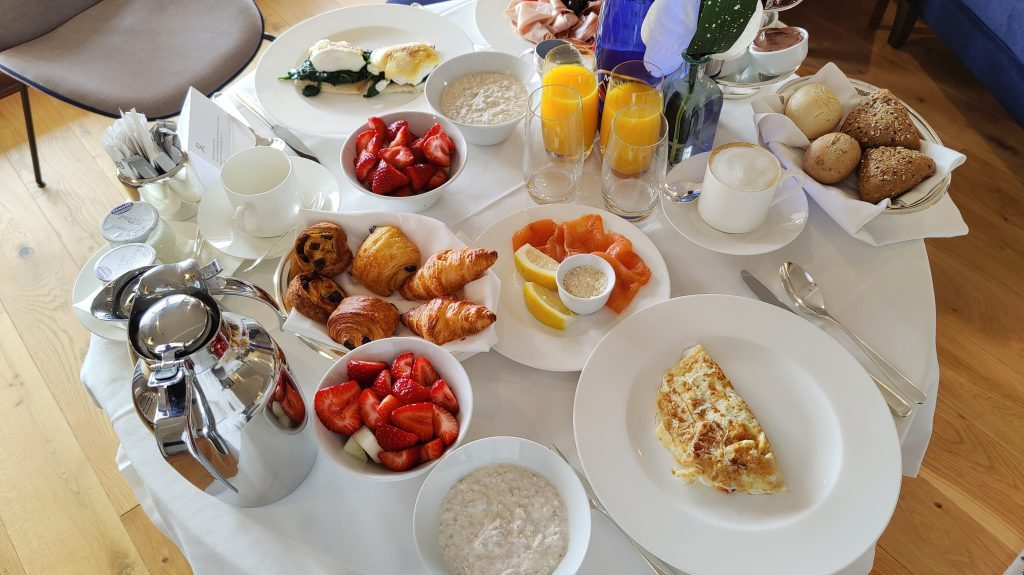 The St. Regis Mardavall Resort Mallorca Room Service Frühstück 4 1024x575