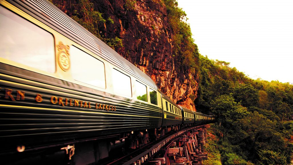 Der dunkelgrüne Belmond Eastern and Oriental Express von außen