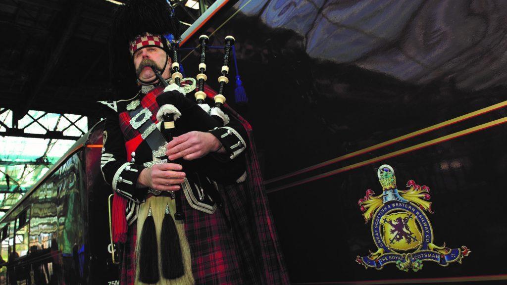 Dudelsackspieler aus Schottland beim Boarding des Belmond Royal Scotsman