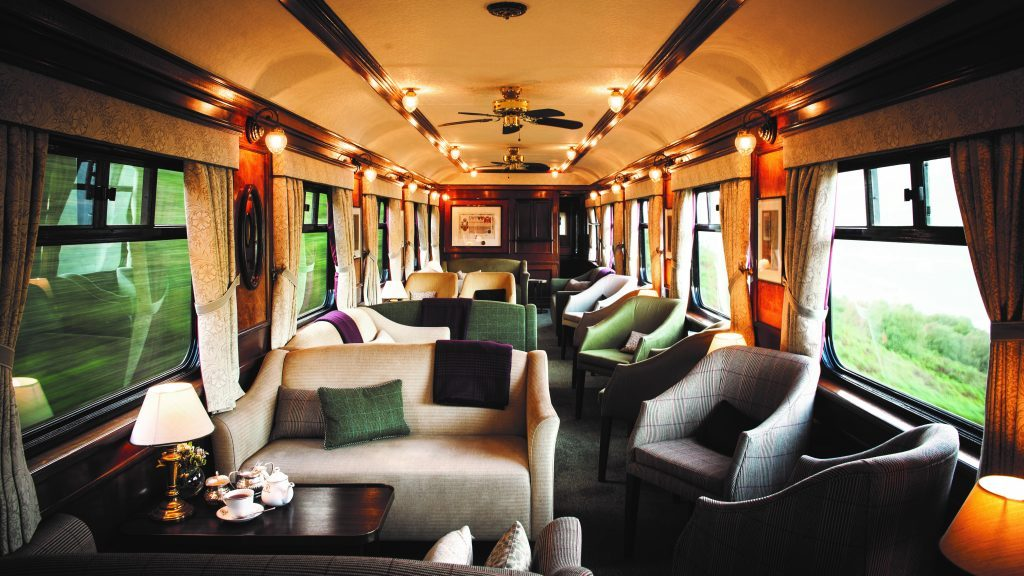 Luxuriöser Panoramawagen im Belmond Royal Scotsman mit Aussicht über Schottland