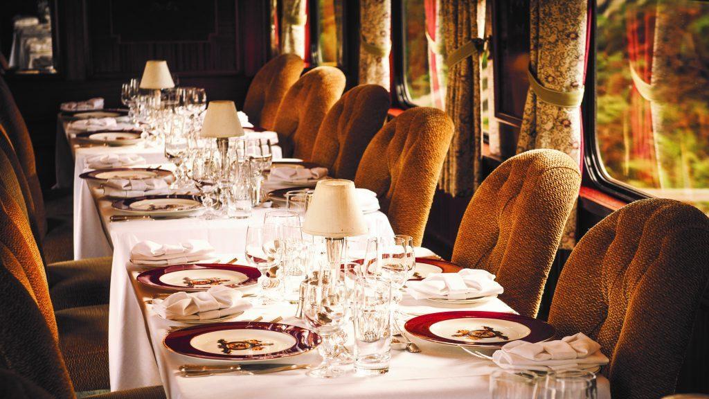 Luxuriöser Speisewagen im Belmond Royal Scotsman auf der Reise durch Schottland