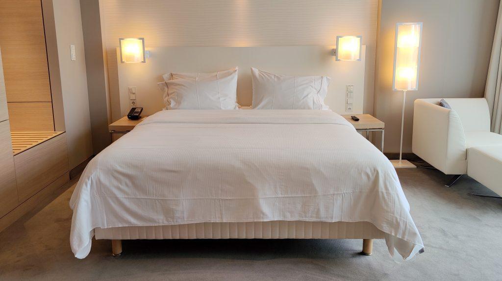 The Westin Hamburg Premium Zimmer Bett 1024x575