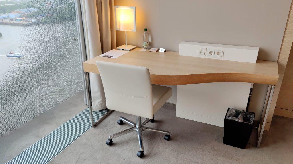 The Westin Hamburg Premium Zimmer Schreibtisch 1024x575